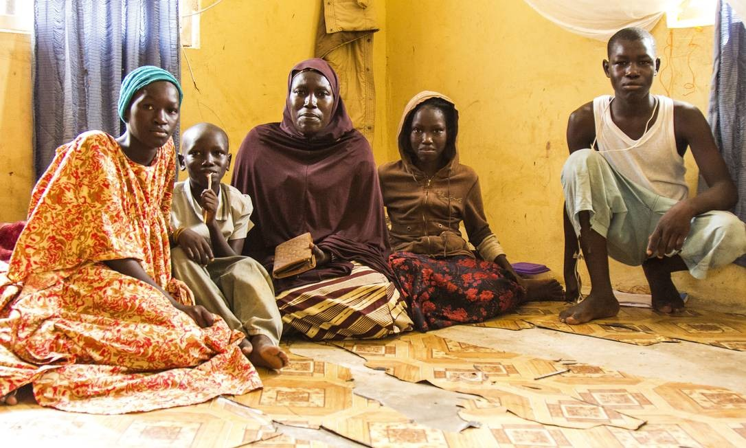 Aisha Ishaku, que ficou viúva após sua aldeia ter sido atacada em 2014, na pequena sala que divide com seus 6 filhos em Maiduguri. Seu filho mais velho desapareceu em 4 de agosto de 2014 durante os ataques Foto: Jesus Serrano Redondo/CICV / Jesus Serrano Redondo/ICRC