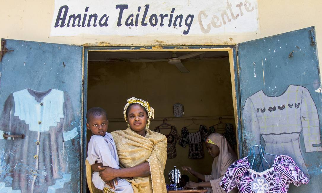 Desde que Amina Lawan ficou viúva há três anos, sua família mal comia duas vezes por dia. Graças a uma bolsa de negócios, ela agora tem seu próprio centro de alfaiataria em Maiduguri Foto: Jesus Serrano Redondo / Jesus Serrano Redondo/ICRC