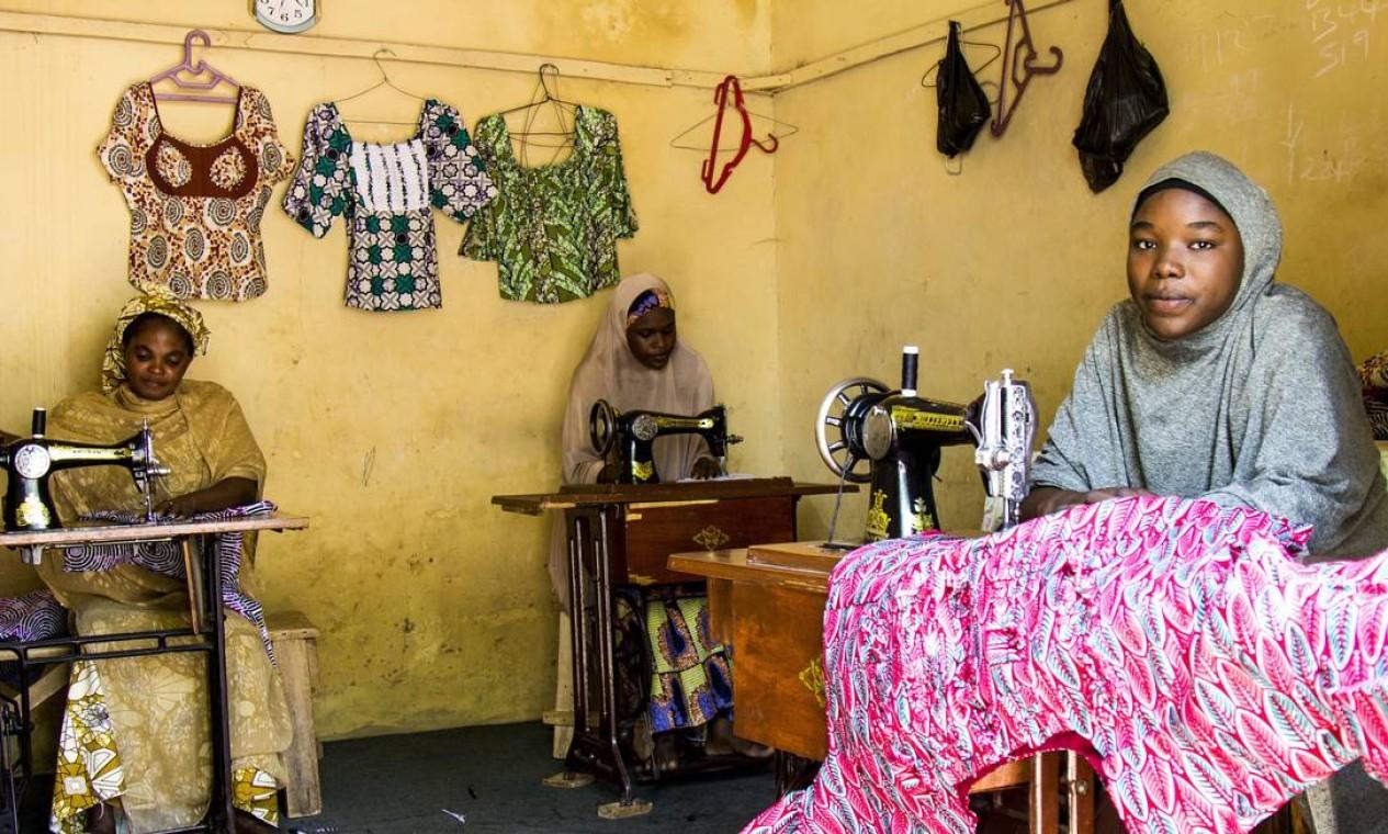 Depois de dois anos usando uma máquina de costura emprestada, Amina recebeu o auxílio e conseguiu comprar três modelos novos, abrindo o centro de alfaiataria. Atualmente, ela treina dois aprendizes para qualificá-los Foto: Jesus Serrano Redondo/CICV / Jesus Serrano Redondo/ICRC
