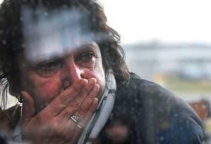 Parente de uma das pessoas a bordo da aeronave chora enquanto espera informações da empresa Kogalymavia, também conhecida como Metrojet Foto: OLGA MALTSEVA / AFP