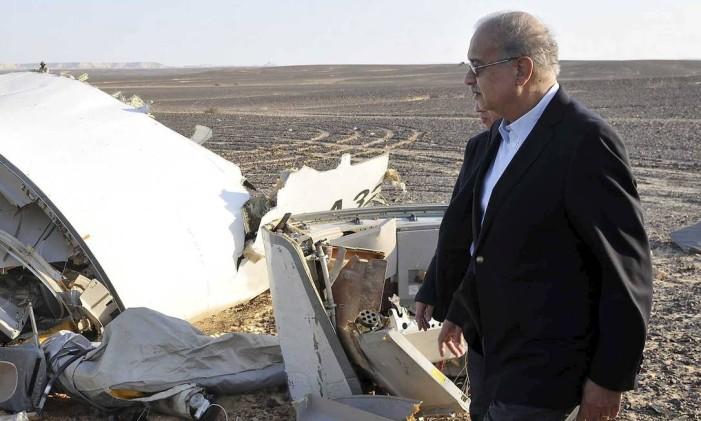 Primeiro ministro do Egito, Sherif Ismail, junto aos destroços do avião Foto: REUTERS