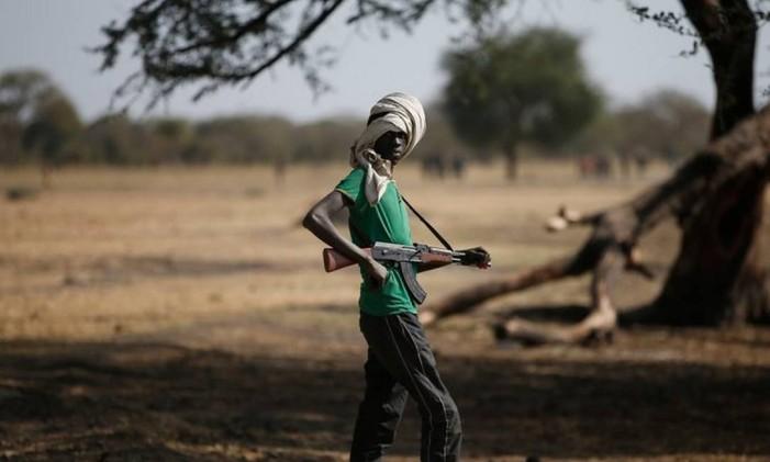 Jovem militante do grupo Jikany Nuer, no Sudão do Sul Foto: Reuters