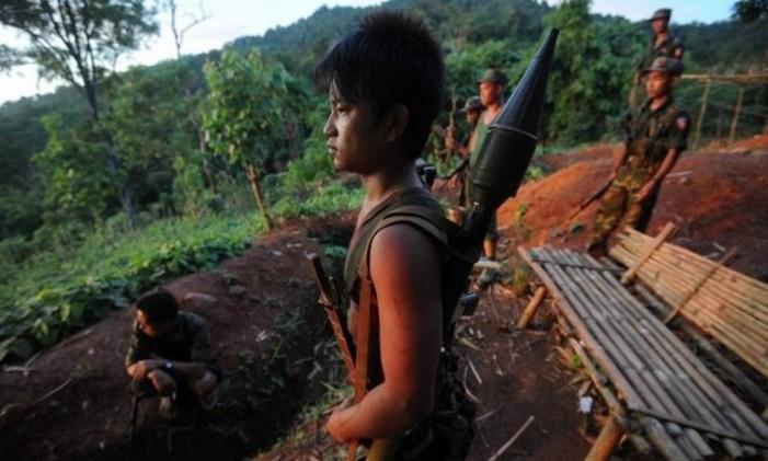 Jovem que combate ao lado de grupo armado em Mianmar Foto: AFP