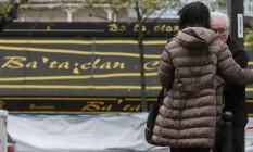 Franceses lamentam atentado no Bataclan em 13 de novembro Foto: Christian Hartmann / Reuters