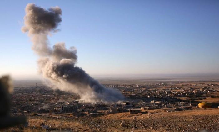 Confrontos entre forças curdas e Estado Islâmico em Sinjar, no Iraque Foto: Bram Janssen / AP