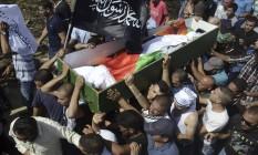 Palestinos carregam caixão de Mohammed Abu Khdeir, de 16 anos, em 4 de julho de 2014 Foto: Mahmoud Illean / AP