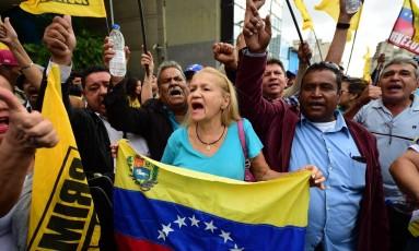 Partidários da oposição venezuelana se reúnem em frente à Assembleia Nacional em Caracas Foto: RONALDO SCHEMIDT / AFP