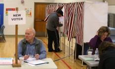 Eleitores começam a votar nas primárias de New Hampshire Foto: JOE RAEDLE / AFP