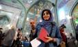 Iraniana mostra dedo pintado após votar em Teerã