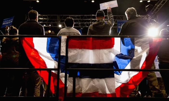 Multidão assiste ao pré-candidato democrata Bernie Sanders em discurso de campanha um dia antes da Super Terça Foto: Jacquelyn Martin / AP