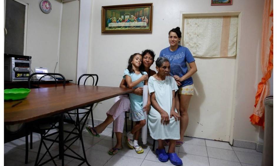 """Liliana Tovar (a segunda da esquerda para a direita) afirma que """"se tomamos café da manhã, não almoçamos. Se almoçamos, não jantamos. E se jantamos, não tomamos café da manhã"""". Foto: CARLOS GARCIA RAWLINS / REUTERS"""