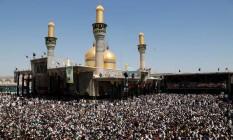 Peregrinos se reúnem no santuário em homenagem ao Imã Moussa al-Kadhim, em Bagdá Foto: WISSM AL-OKILI / REUTERS