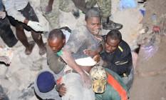 Sobrevivente é retirado do prédio Foto: - / AFP