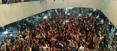 Manifestantes dentro do parlamento do Iraque Foto: AHMED SAAD / REUTERS