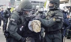 Polícia prende manifestante em Stuttgart Foto: Christoph Schmidt / AP