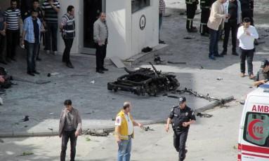 O que sobrou do carro bomba em Gaziantep, do lado de fora da sede da polícia Foto: AP