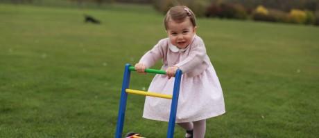 Quatro fotografias da princesa Charlotte, a caçula da família real do Reino Unido, foram divulgadas pela família neste domingo, véspera do 1º aniversário dela Foto: THE DUCHESS OF CAMBRIDGE / AFP