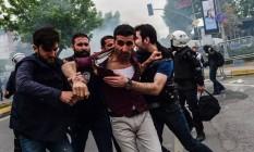 Policiais à paisana prende manifestante em Istambul Foto: BULENT KILIC / AFP