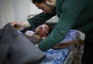 Menino sírio ferido recebe tratamento em hospital Foto: AMER ALMOHIBANY / AFP
