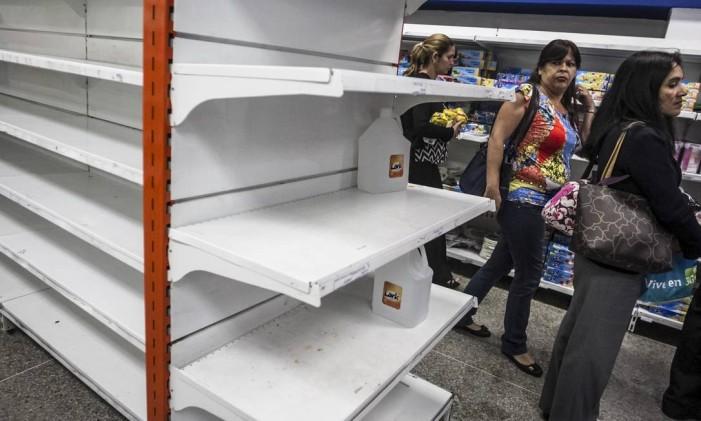 Prateleiras vazias em uma loja particular em Caracas, em fevereiro de 2015 Foto: MERIDITH KOHUT / NYT