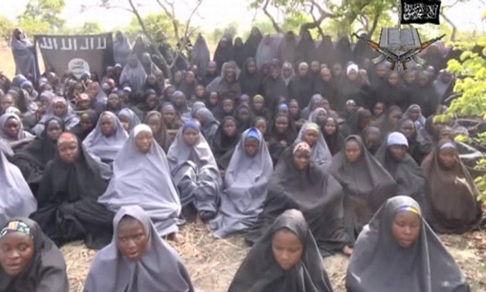 As meninas sequestradas, em local desconhecido, na imagem retirada de vídeo publicado pelo Boko Haram Foto: REUTERS