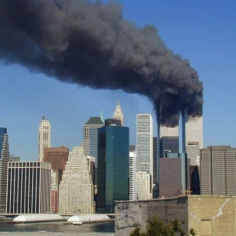 O World Trade Center queima pouco antes de cair Foto: Michael Foran / Wikimedia Commons