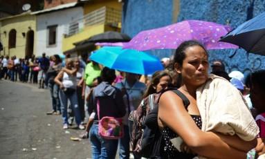 Fila gigantesca em Caracas para comprar itens básicos em mercado Foto: RONALDO SCHEMIDT / AFP