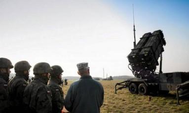 Soldados poloneses e americanos observam teste de bateria de mísseis na Polônia Foto: AGENCJA GAZETA / REUTERS