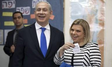 Em foto de 2013, Netanyahu e sua esposa, Sara, votam em Jerusálem Foto: Uriel Sinai / AP
