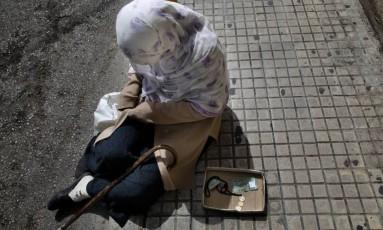 Mulher síria pede ajuda nas ruas do Líbano Foto: Hassan Ammar / AP