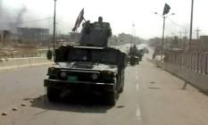Soldado iraquiano exibe bandeira sobre tanque em Fallujah, após comandantes do Exército anunciaram retomada total da cidade Foto: AP Video / AP