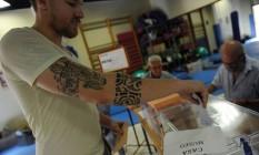 Espanhol deposita cédula em urna em posto de votação em Bollullos de la Mitación, próximo a Sevilha Foto: Cistina Quicler / AFP
