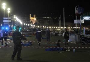 Soldados ficam próximos a corpos em Nice Foto: VALERY HACHE / AFP