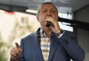 O presidente turco Recep Tayyip Erdogan discursa em Istambul, neste sábado Foto: STR / AP