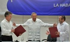 """O presidente da Colômbia, Juan Manuel Santos e Timoleon Jimenez, conhecido como """"Timochenko"""", líder das Farc, se cumprimentam durante assinatura do cessar-fogo em junho de 2016 Foto: ADALBERTO ROQUE / AFP"""