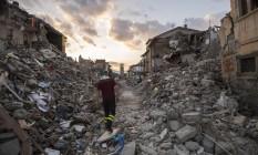 Equipes de resgate continuam buscas dias após terremoto que devastou região central da Itália Foto: Alessandro Di Meo / AP