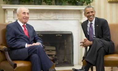 Shimon e Barack Obama, na Casa Branca em 2014 Foto: Pablo Martinez Monsivais / AP