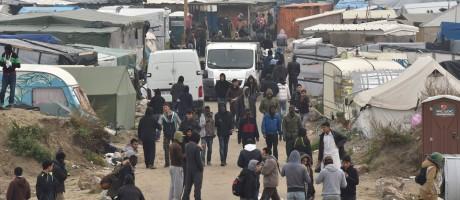 Imigrantes são vistos dentro do campo de Calais durante desmantelamento do local, no Norte da França Foto: PHILIPPE HUGUEN / AFP