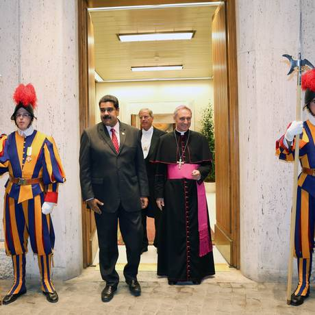 O presidente venezuelano Nicolás Maduro (de terno, à esquerda) em visita do Vaticano Foto: Marcelo Garcia / AFP