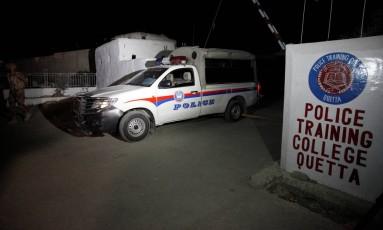 Carro da polícia na entrada do centro de treinamento de polícia de Quetta Foto: Naseer Ahmed / Reuters