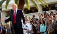 Funcionários de Trump posicionados atrás dele durante discurso em seu campo de golfe Trump National Doral, em Miami, Flórida Foto: Jonathan Ernst / Reuters