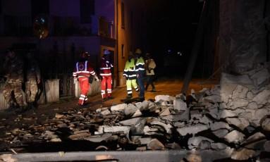 Socorristas caminham próximos a destroços causados pelos terremotos de 6,0 e 5,4 graus em Visso, centro da Itália Foto: Matteo Crocchioni / AP