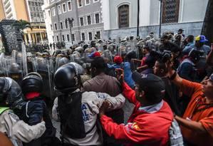 Apoiadores do chavismo entram em confronto com a polícia em frente à Assembleia Nacional Foto: Juan Barreto / AFP