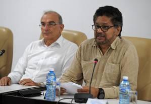 Líder das Farc, Ivan Marquez (dir.) e Humberto de la Calle, chefe da delegação colombiana nas negociações do acordo de paz entre as duas partes Foto: Yamil Lage / AFP
