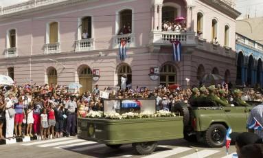 Caravana carregando as cinzas do ex-líder cubano Fidel Castro dirige-se ao Parque Céspedes, em Santiago de Cub Foto: Ricardo Mazalan / AP