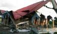 Dezenas de casas e prédios foram destruídos após o tremor Foto: ZIAN MUTTAQIEN / AFP