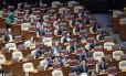 """Parlamentares que aguardavam o início da sessão plenária desta quinta-feira levaram cartazes com a mensagem """"Impeachment da presidente Park Geun-hye"""" Foto: Lee Jin-man / AP"""