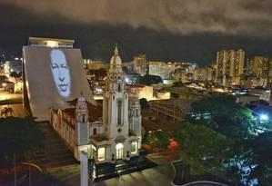 Imagem de Hugo Chávez é projetada em Caracas Foto: Reprodução Twitter