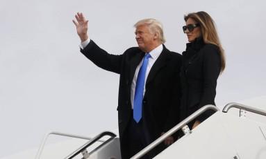 Donald Trump e sua mulher Melania Trump chegam a Washington na véspera da posse do presidente eleito Foto: JONATHAN ERNST / REUTERS