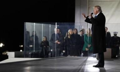 Trump discursa ao público no Lincoln Memorial no início do rito da posse Foto: Aaron P. Bernstein / AFP
